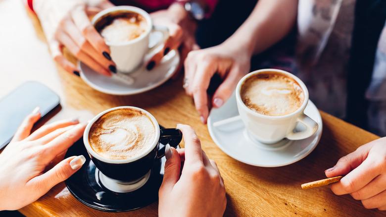 Pasas más tiempo en el baño Lo que realmente le sucede a tu cuerpo cuando bebes café